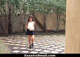 Novinha magrela dando uma trepada com seu vizinho maduro