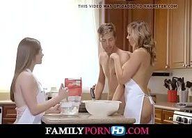 Peitudas loira coroa e novinha nuas dando na cozinha