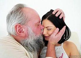 Sexo gostoso o vovô incestuoso com a netinha morena virgem