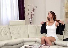Video porno da talentosa ninfeta asiática de vestido branco caindo no pau