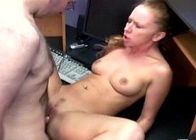 Amadora ama uma pica grossa em sua xereca quente rachada gemendo
