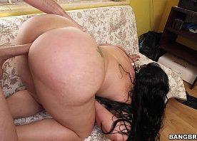 Gostosa safada com cuzão enorme dando no sofá